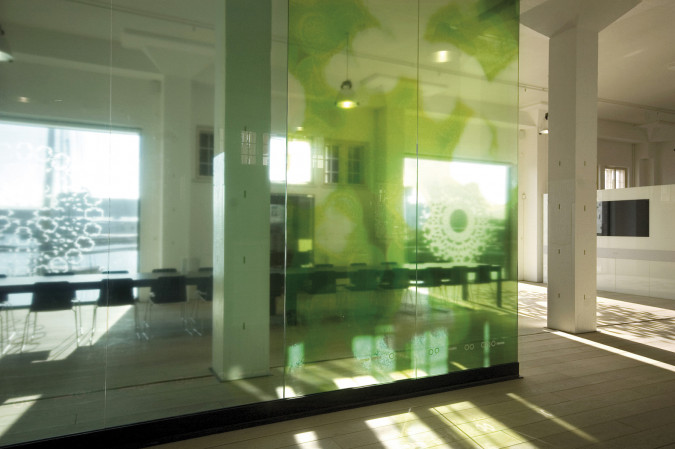 1.	The 14m long matte glass partition wall creates a transparent zone dividing the warehouse's ground floor.